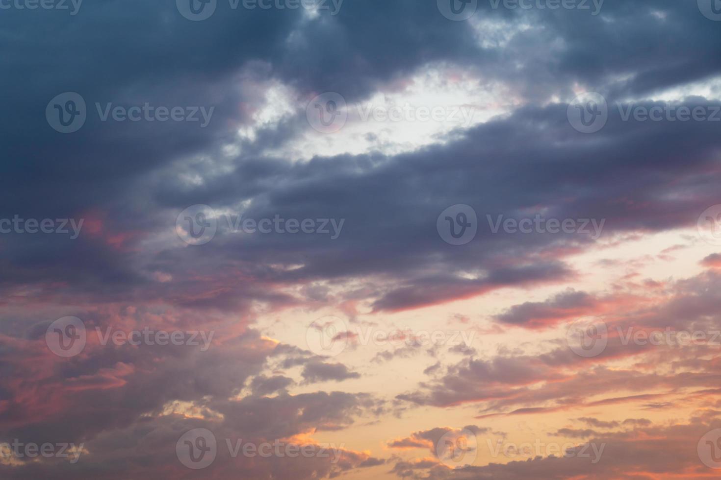 ciel nuageux sur fond de coucher de soleil photo