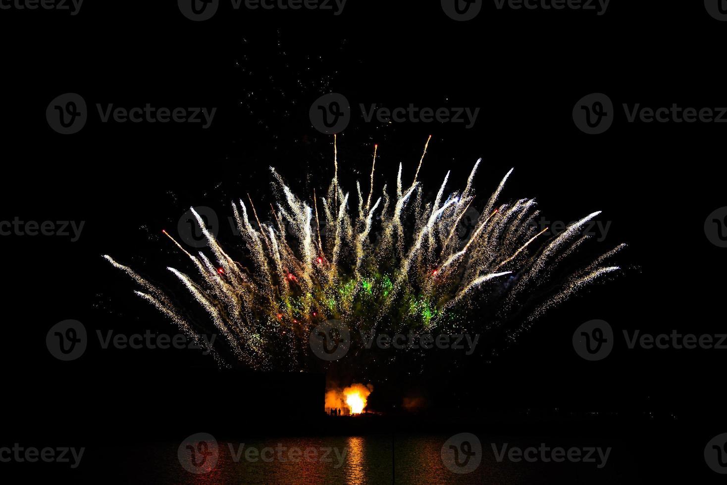 feux d'artifice dans le ciel nocturne photo