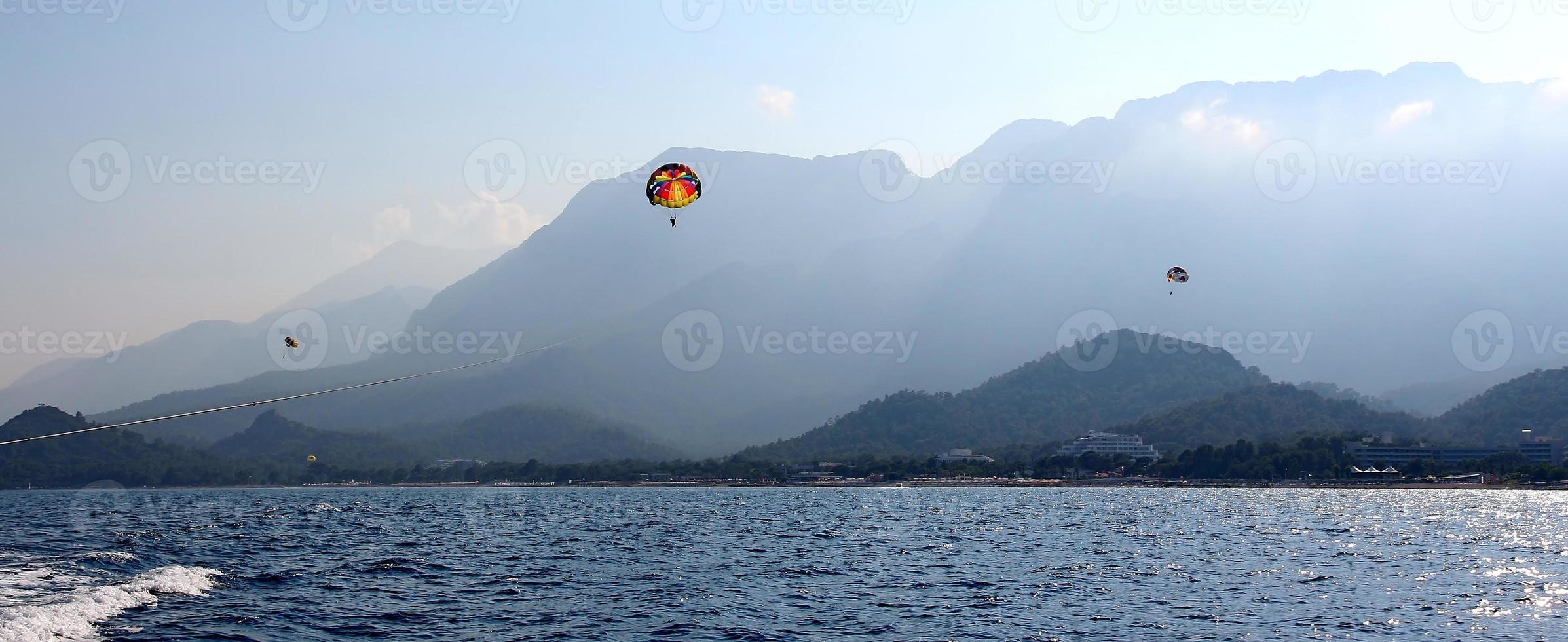 parachute ascensionnel dans un ciel bleu photo