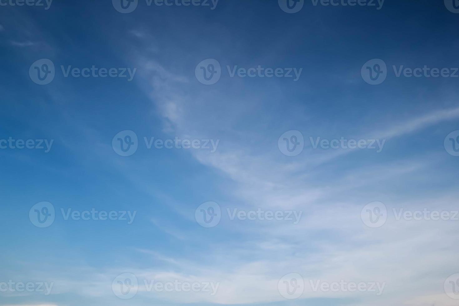 nuage blanc et ciel bleu photo