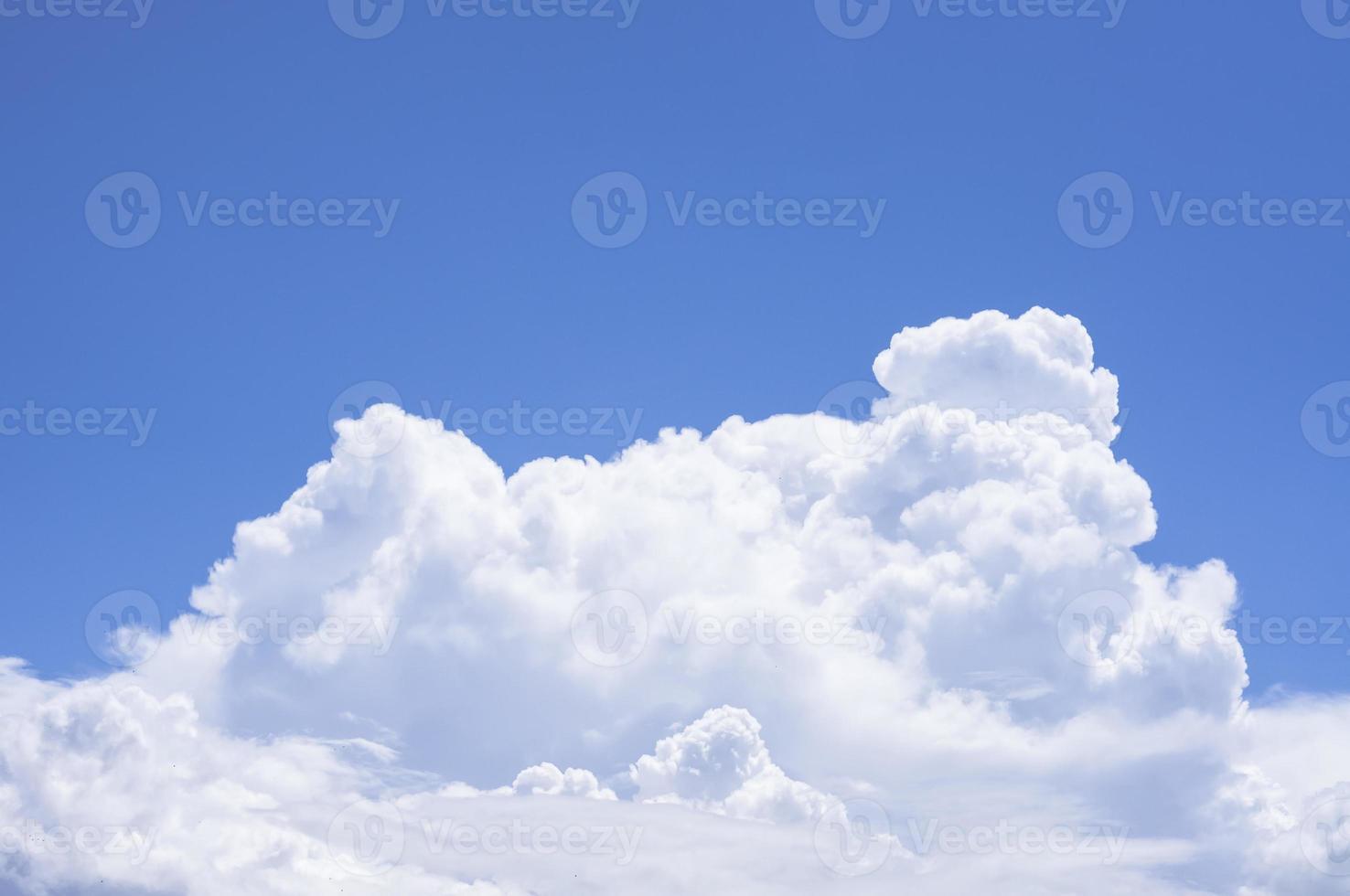 nuage moelleux et ciel bleu photo