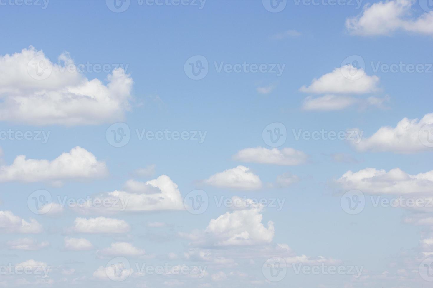 ciel bleu avec gros plan de nuages photo