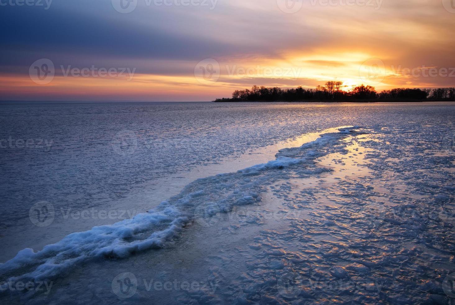 paysage d'hiver avec coucher de soleil ciel fougueux. photo