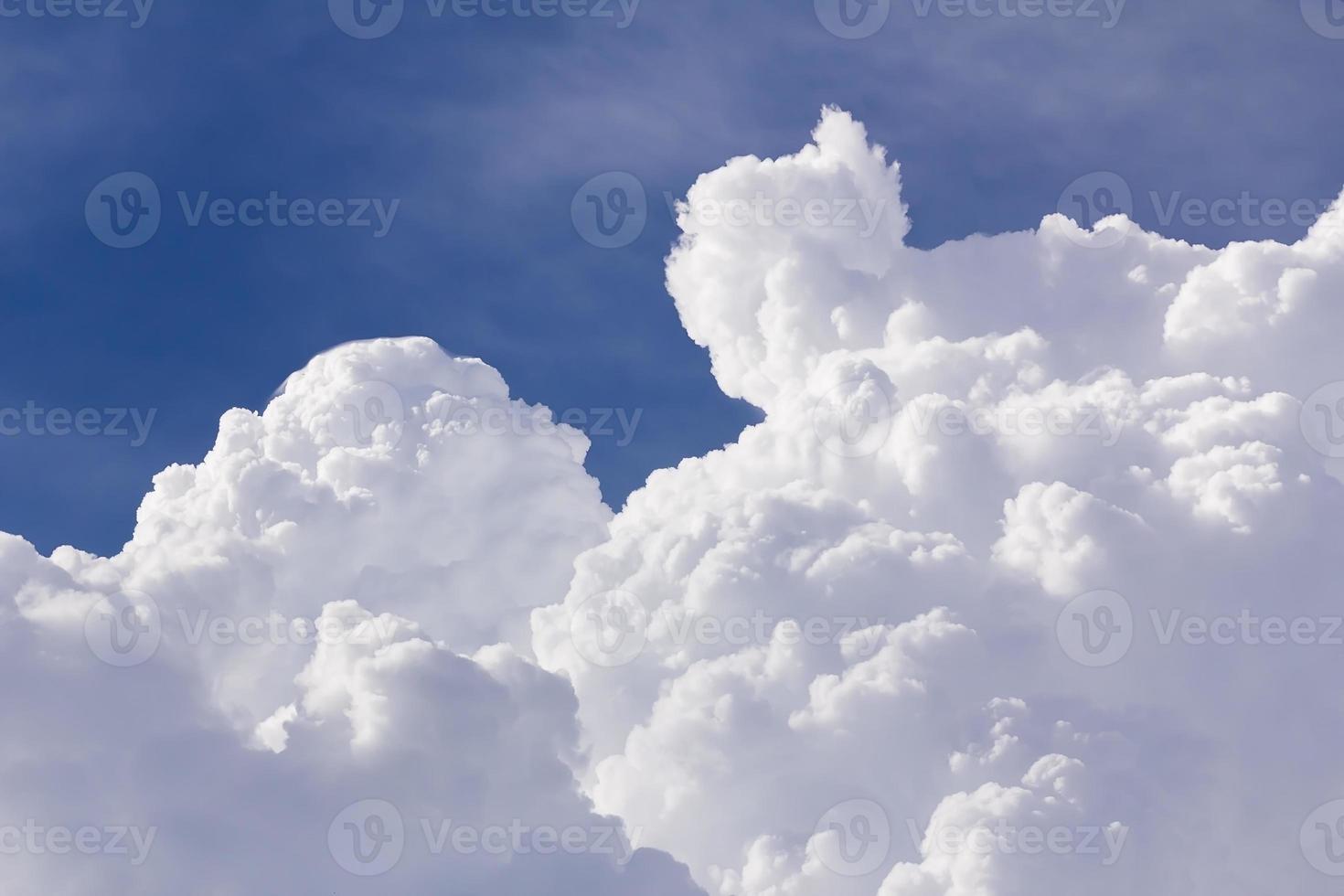 nuages blancs gros plan dans le ciel bleu photo