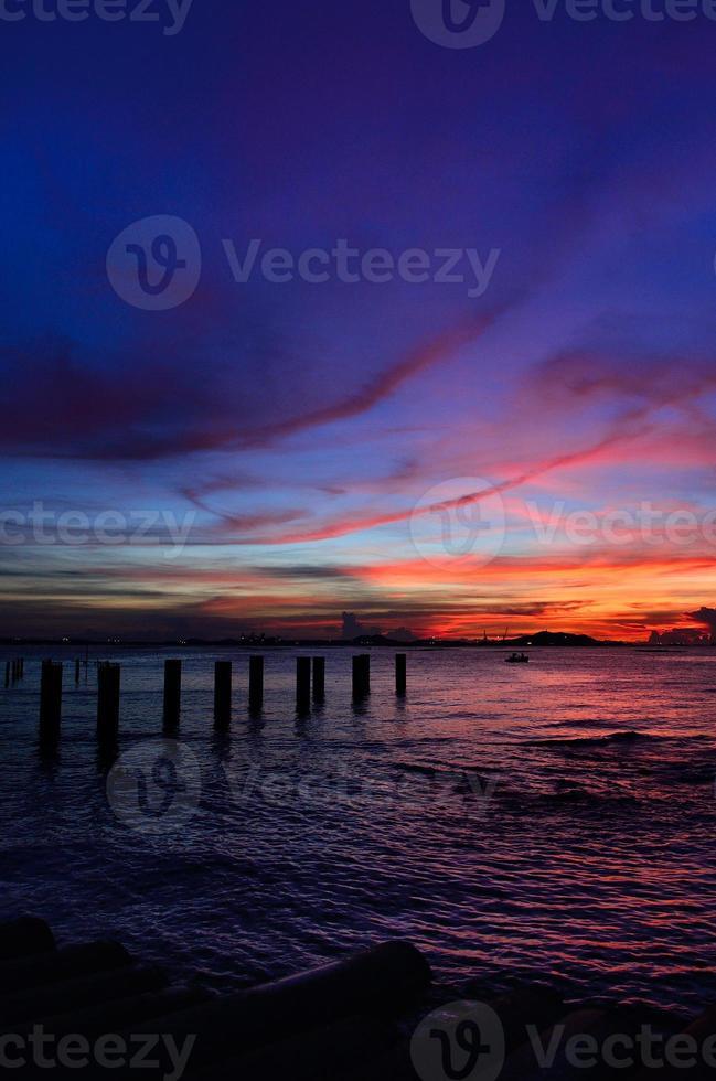 Silhouette de l'île de sichang avec ciel crépusculaire photo