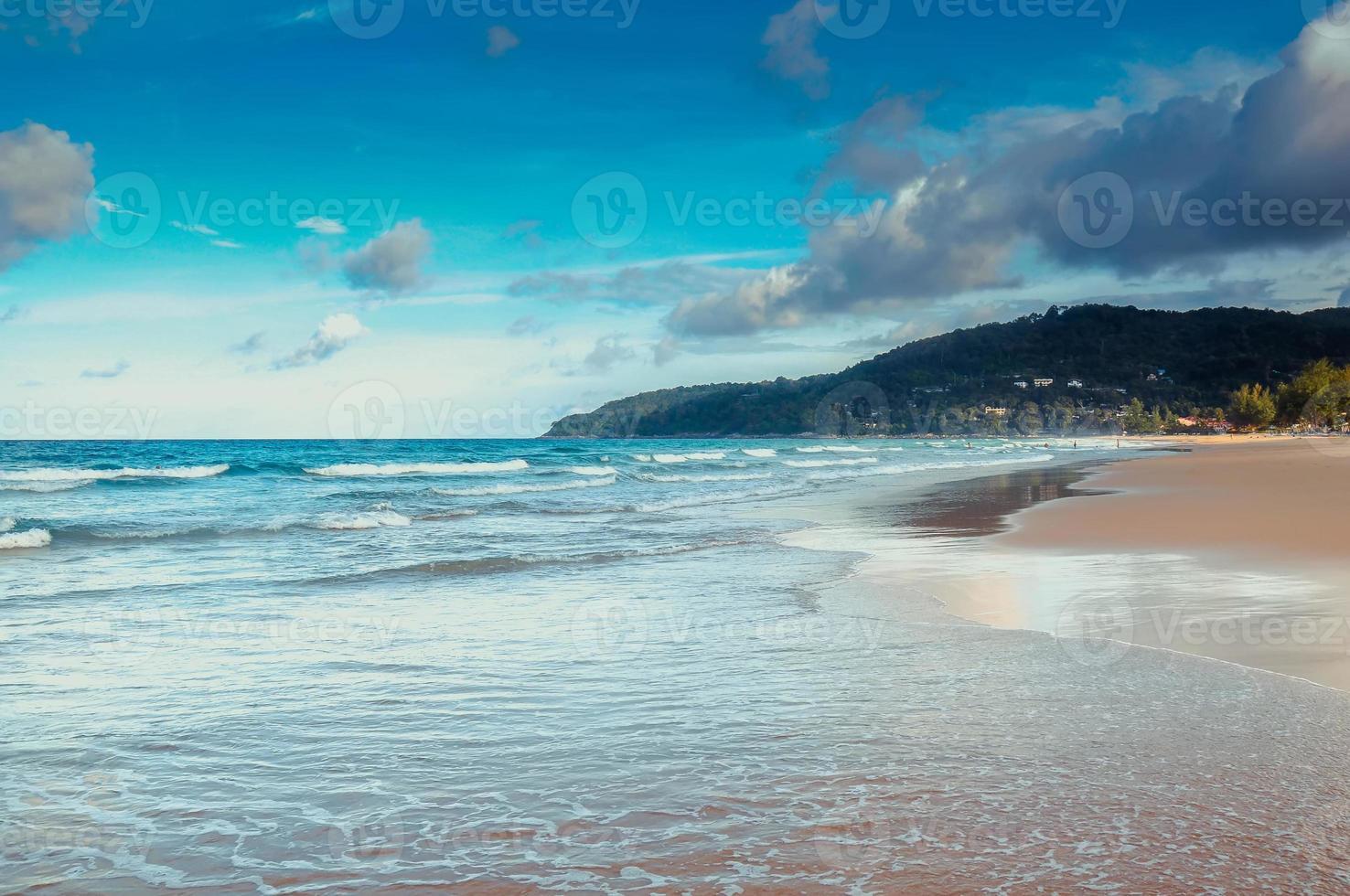 plage tropicale et ciel bleu à phuket photo
