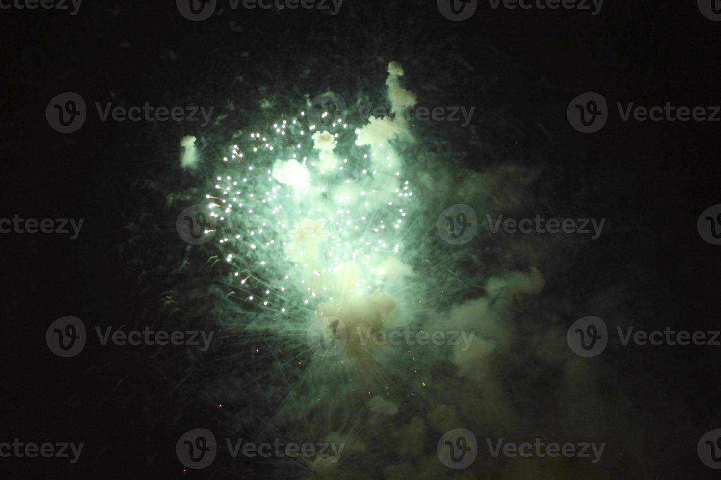 feu d'artifice coloré dans le ciel nocturne noir photo
