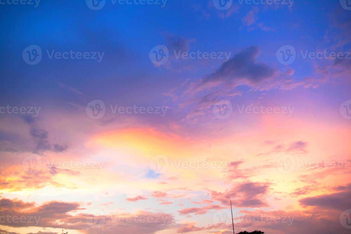 vue sur le coucher du soleil lueur ciel du soir photo