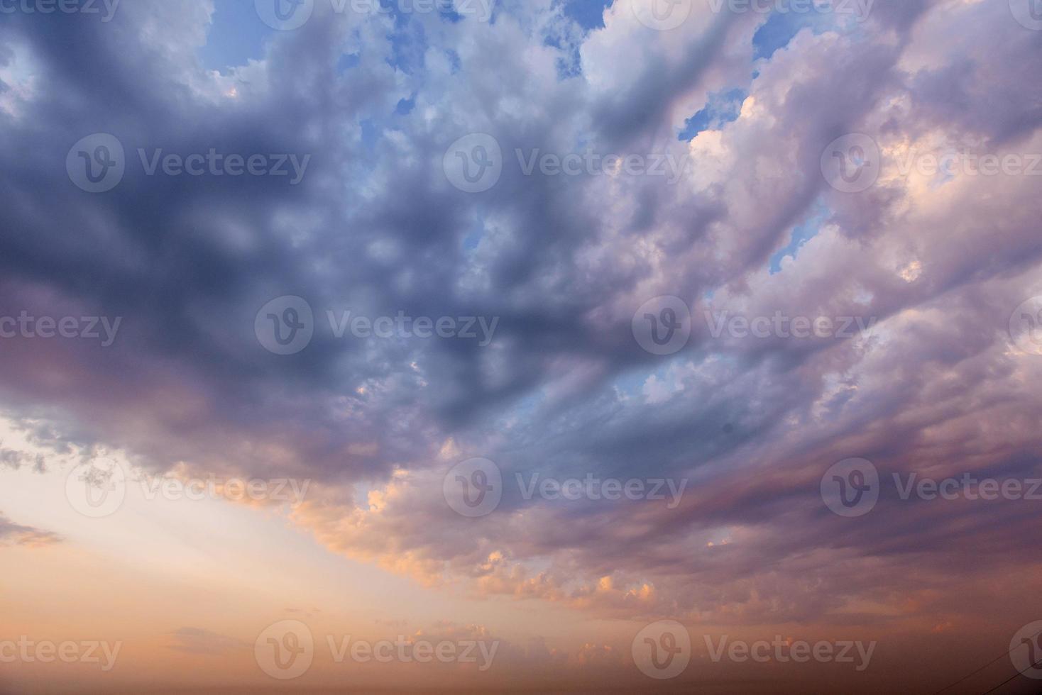Cloudscape coloré dramatique, esprit de texture de fond de ciel du soir photo