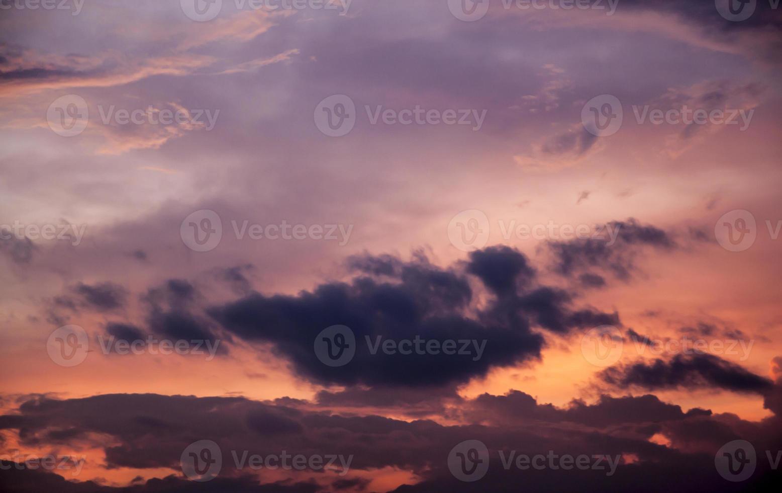 ciel crépusculaire dans la ville photo