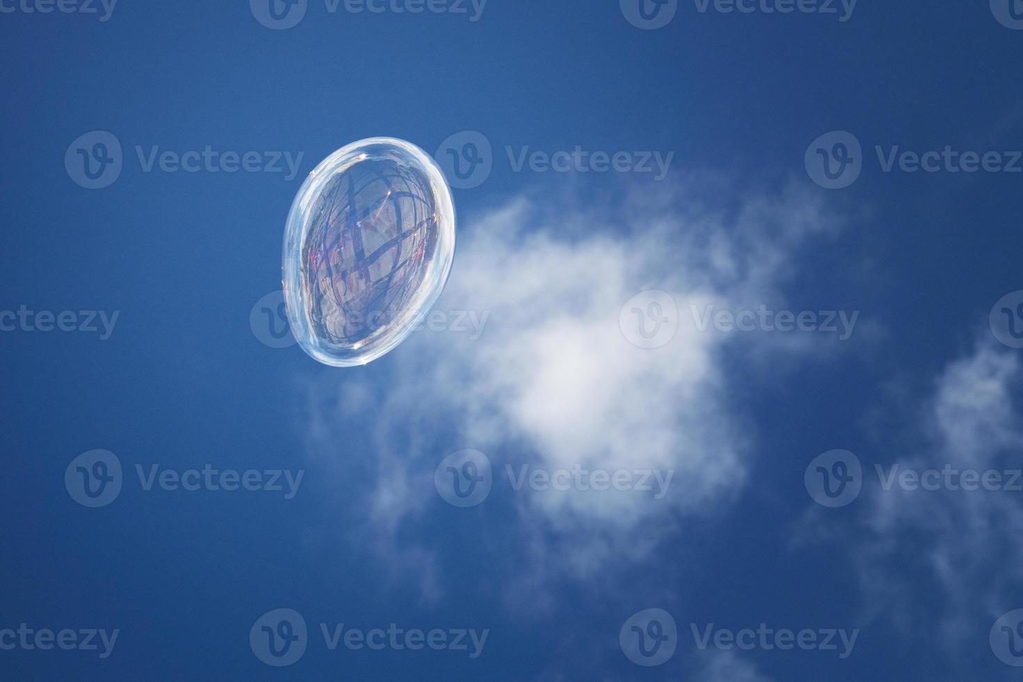 bulle de savon sur le fond du ciel photo