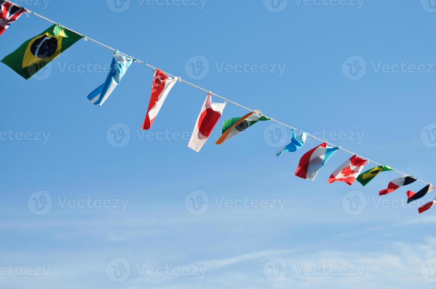 drapeaux de toutes les nations dans le ciel bleu photo
