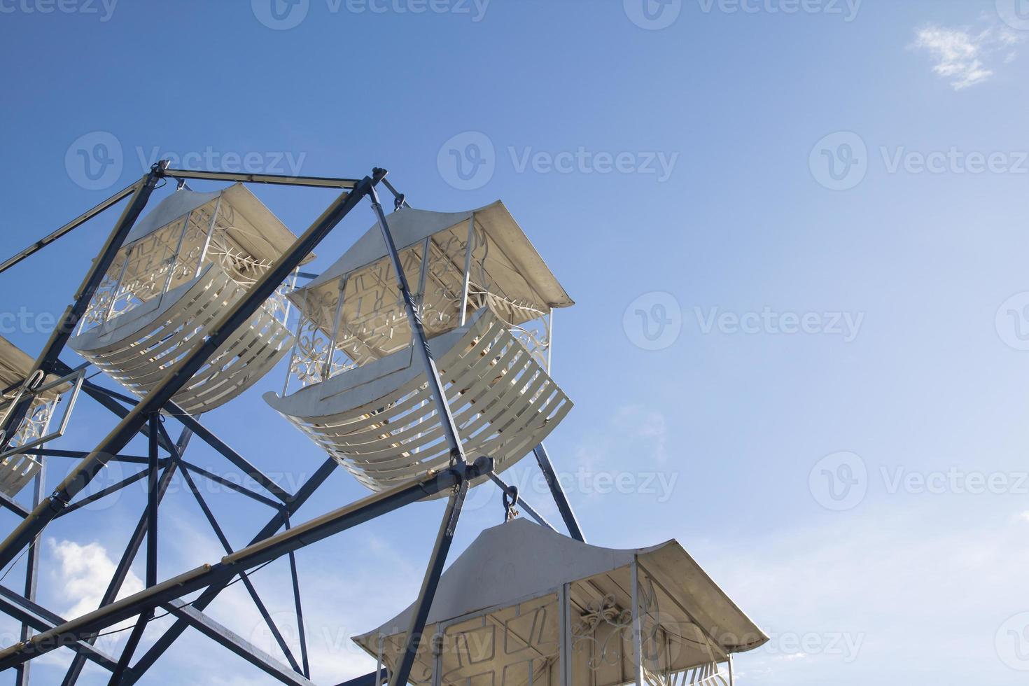Grande roue blanche contre un ciel bleu photo