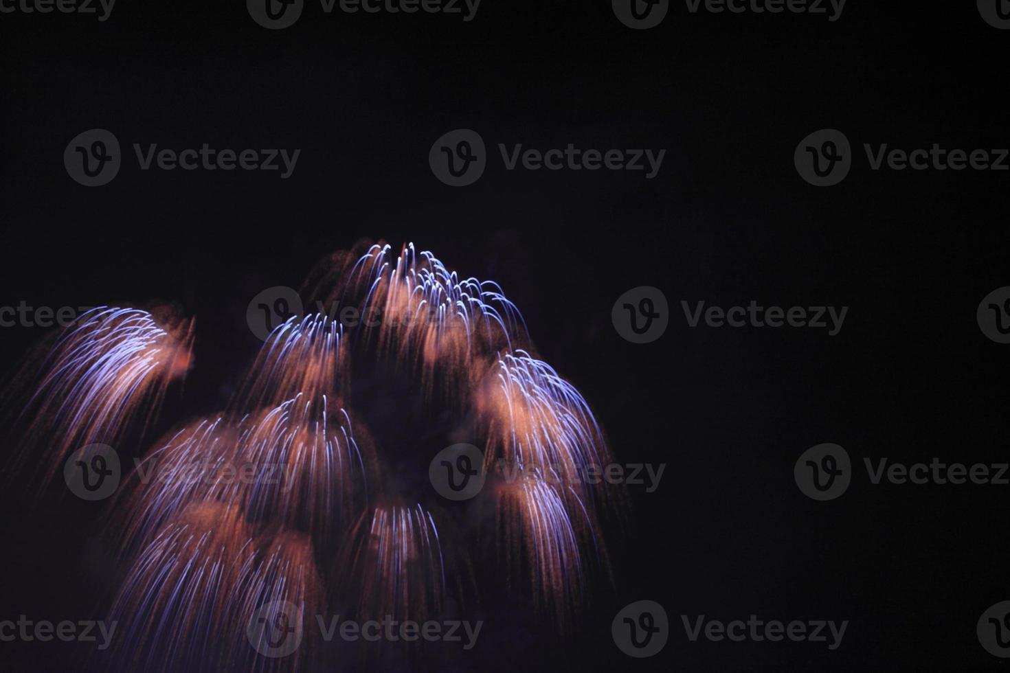 feux d'artifice traditionnels japonais dans le ciel nocturne photo