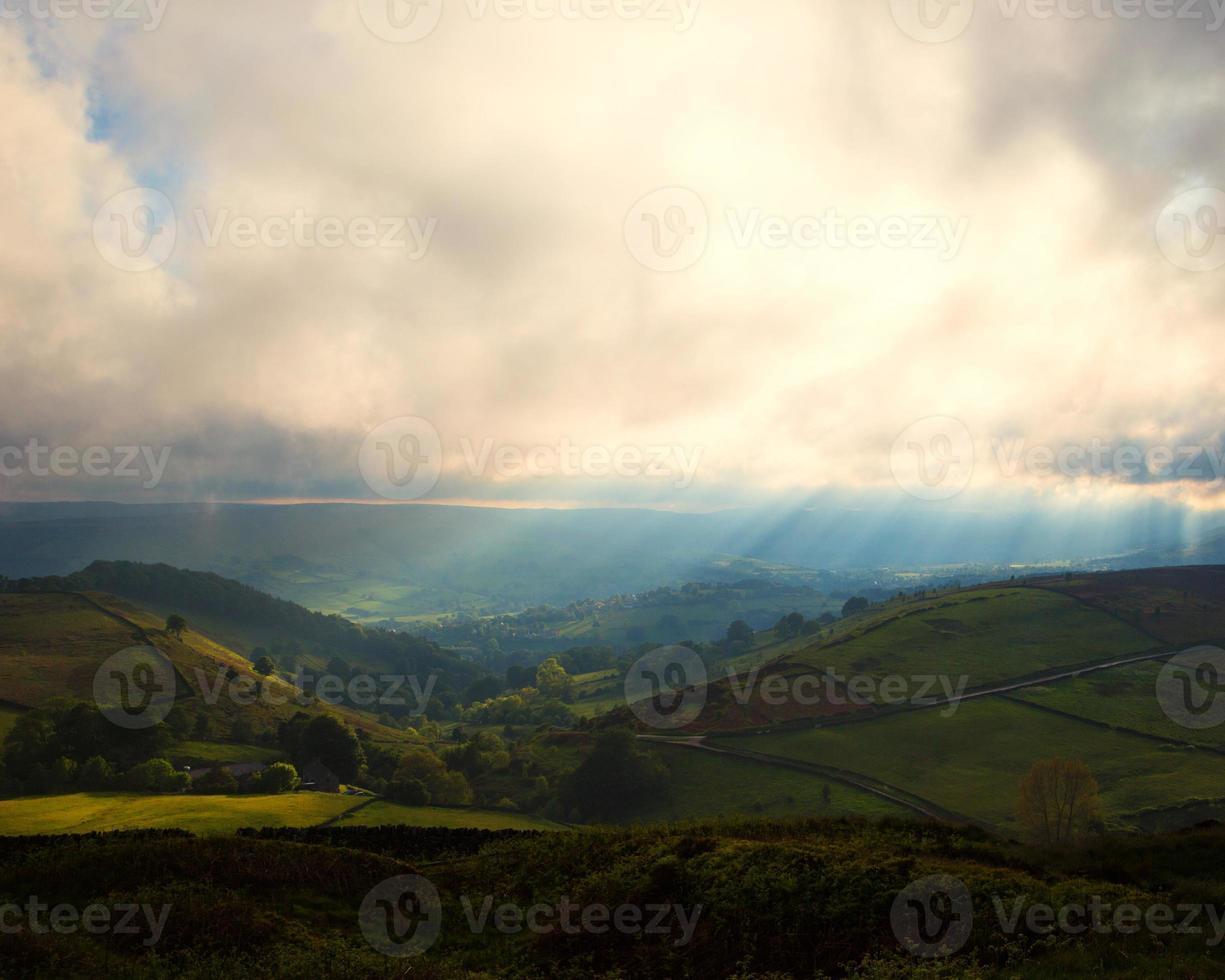 soleil brumeux au sommet des collines photo