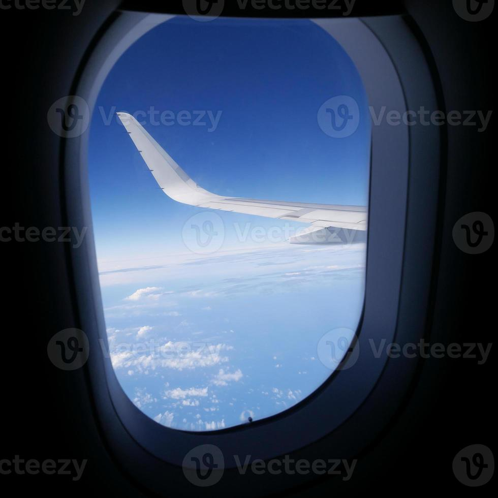 vue du ciel bleu depuis la fenêtre de l'avion (2) photo