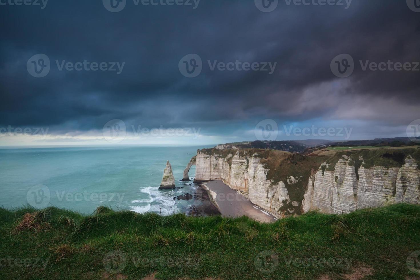 Ciel d'orage sombre sur les rochers dans l'océan Atlantique photo