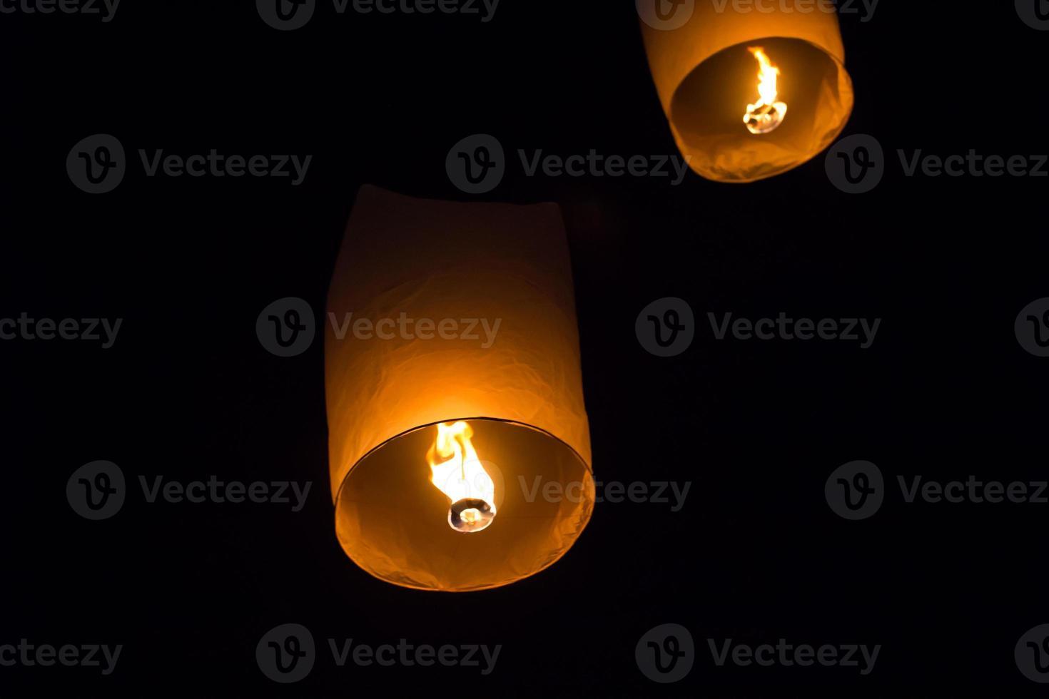 lanternes célestes, volant fid kratong festival de thaïlande photo
