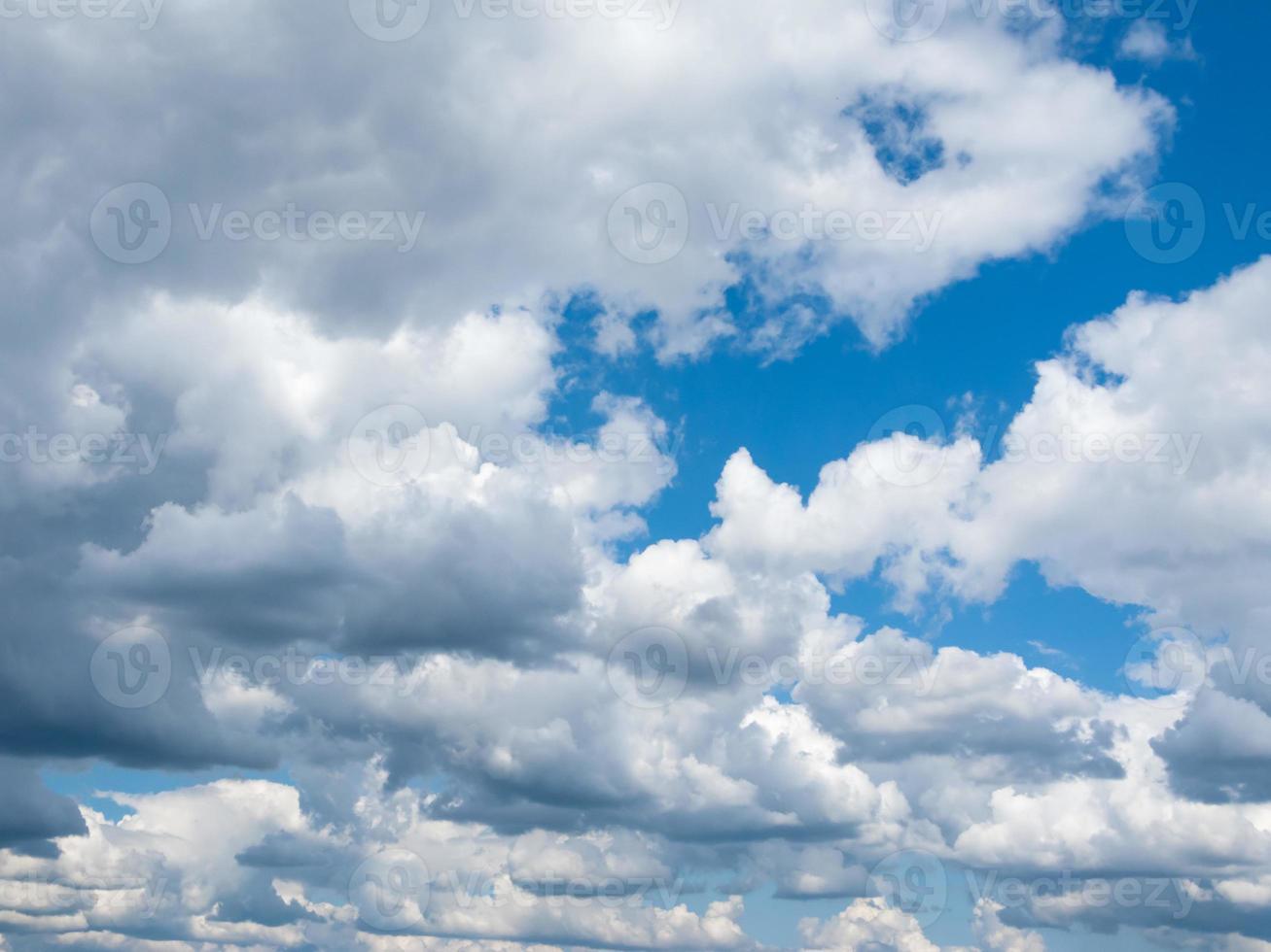 nuages de laine dans le ciel bleu photo