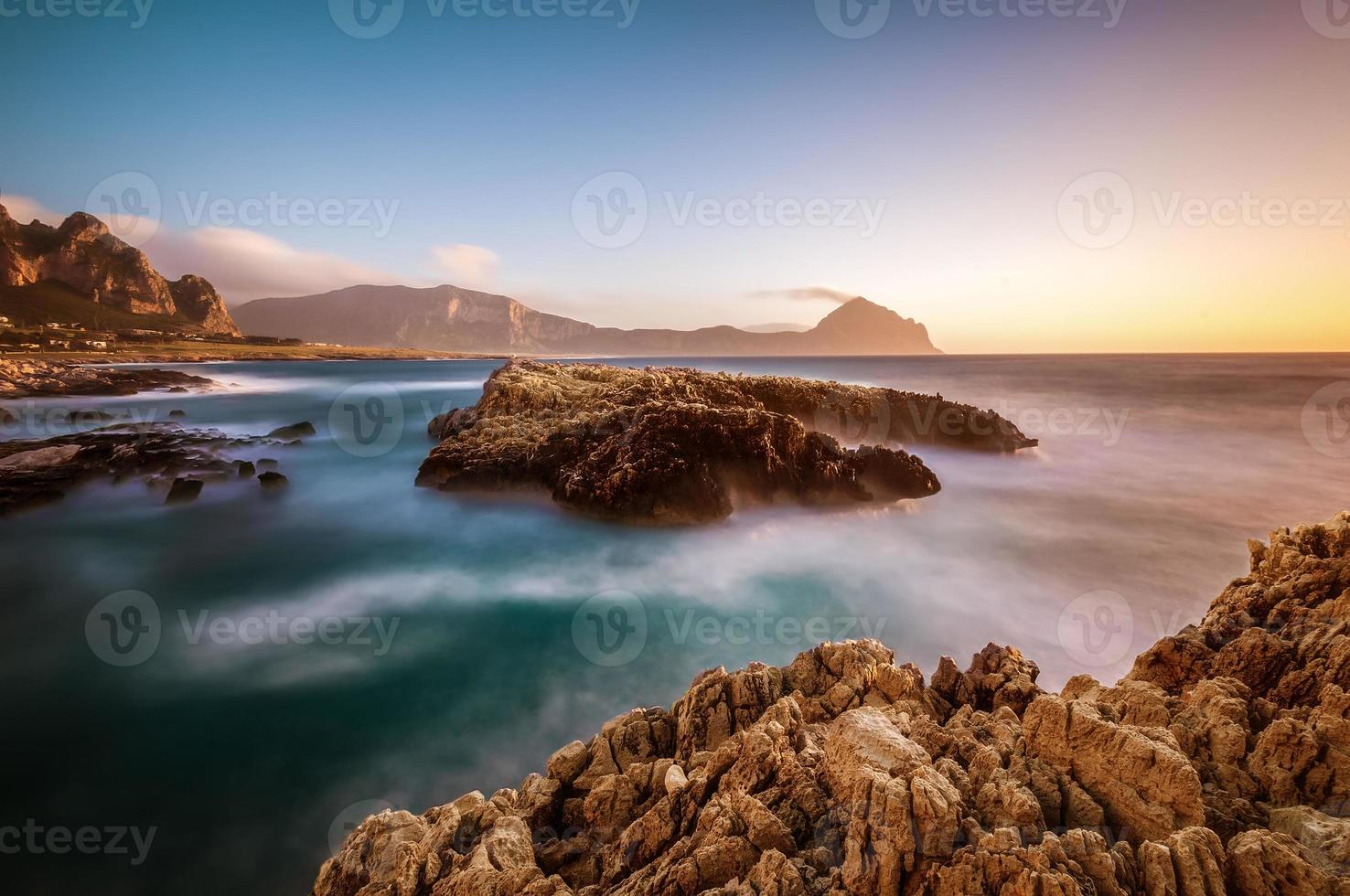 la côte sicilienne au coucher du soleil photo