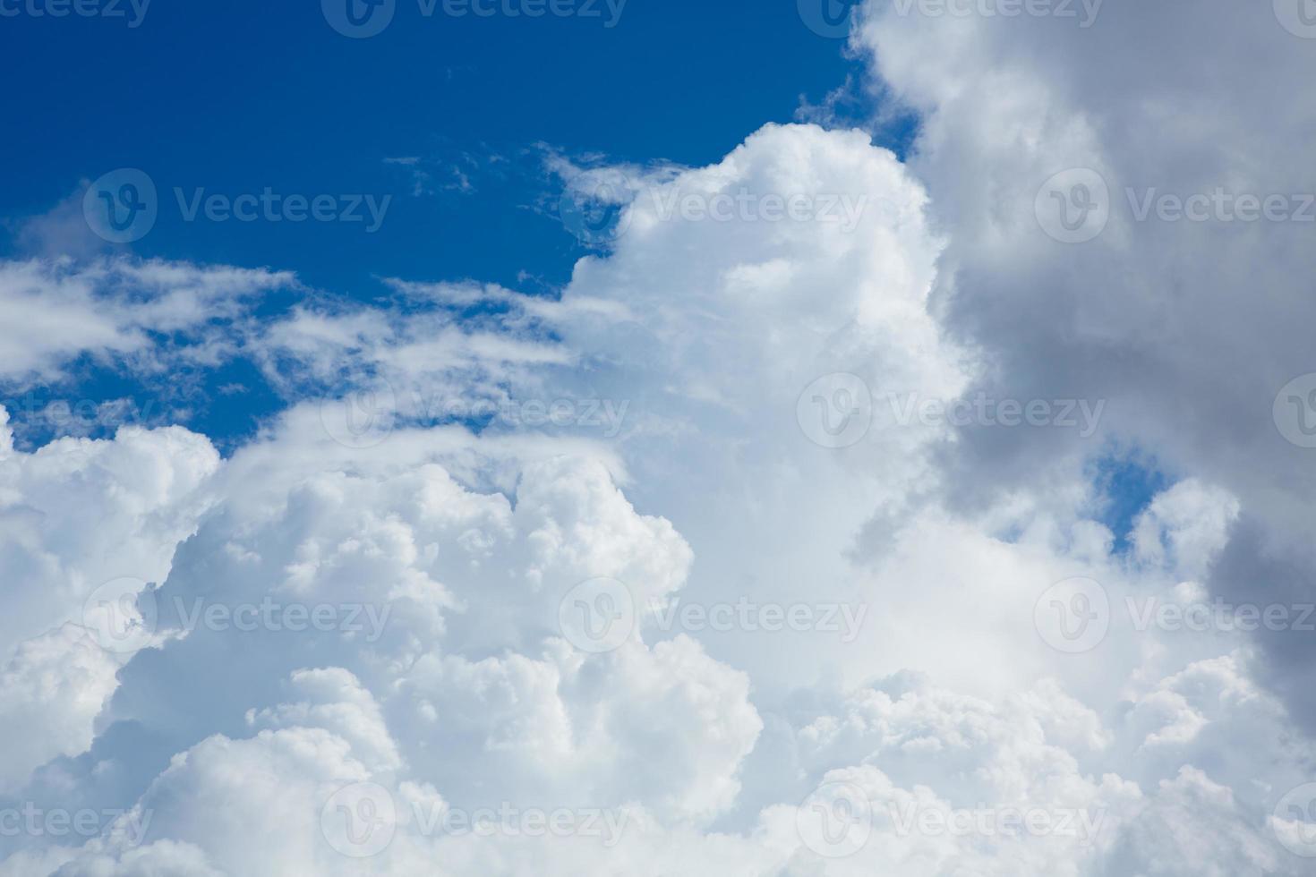 ciel parfait cumulus avec fond bleu photo