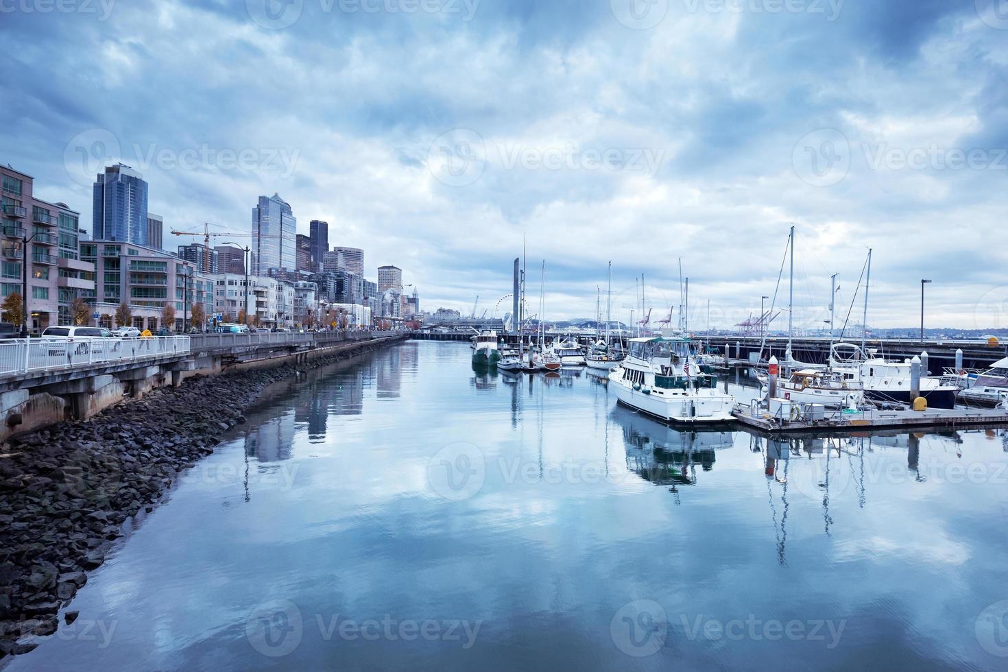 Parking voiliers dans la baie de la ville dans un ciel nuageux photo