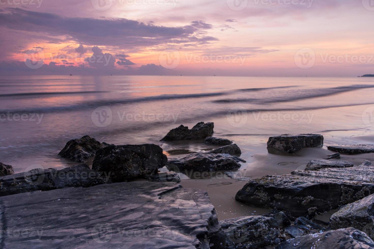 plage de roche le matin photo