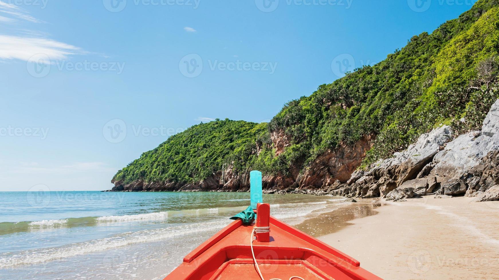île et plage à la lumière du jour photo