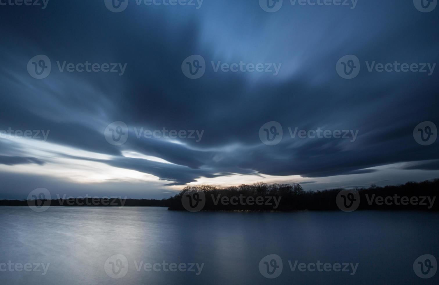 nuages lourds au-dessus du lac photo