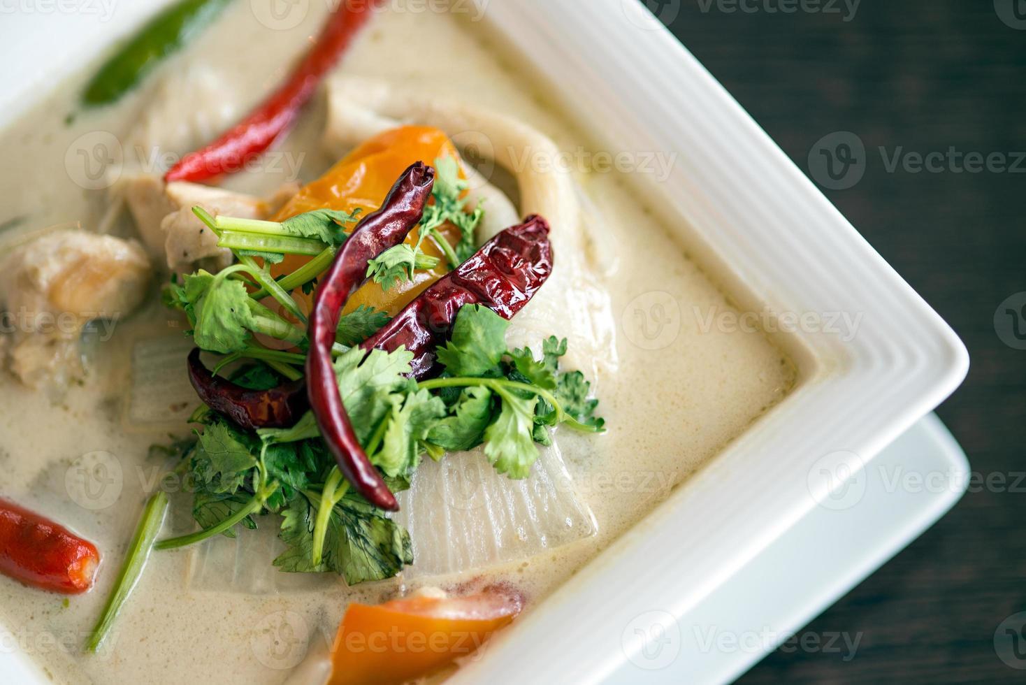 cuisine thaïlandaise - tom kha kai - poulet au lait de coco soupe photo