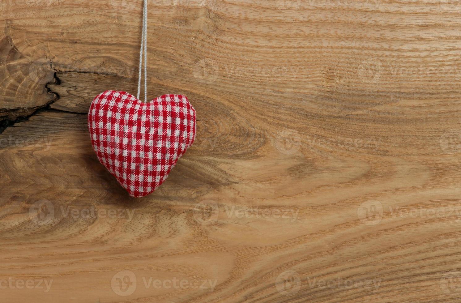 coeur d'amour accroché sur fond de texture en bois photo