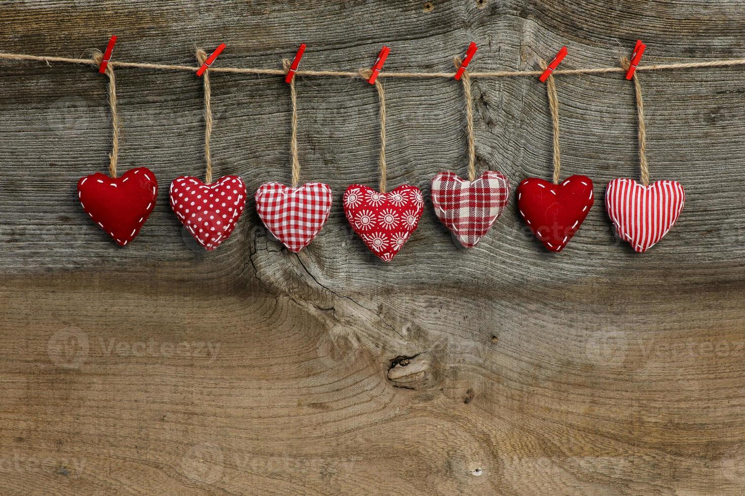 Vichy amour coeurs de la Saint-Valentin accroché sur la texture en bois photo