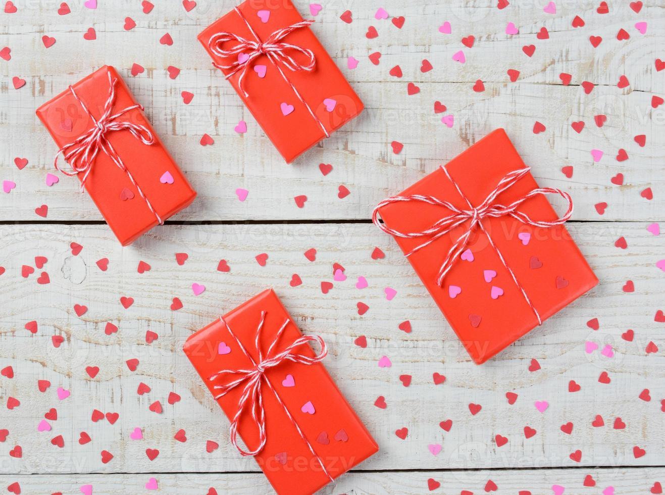 Cadeaux et coeurs de la Saint-Valentin gros plan photo