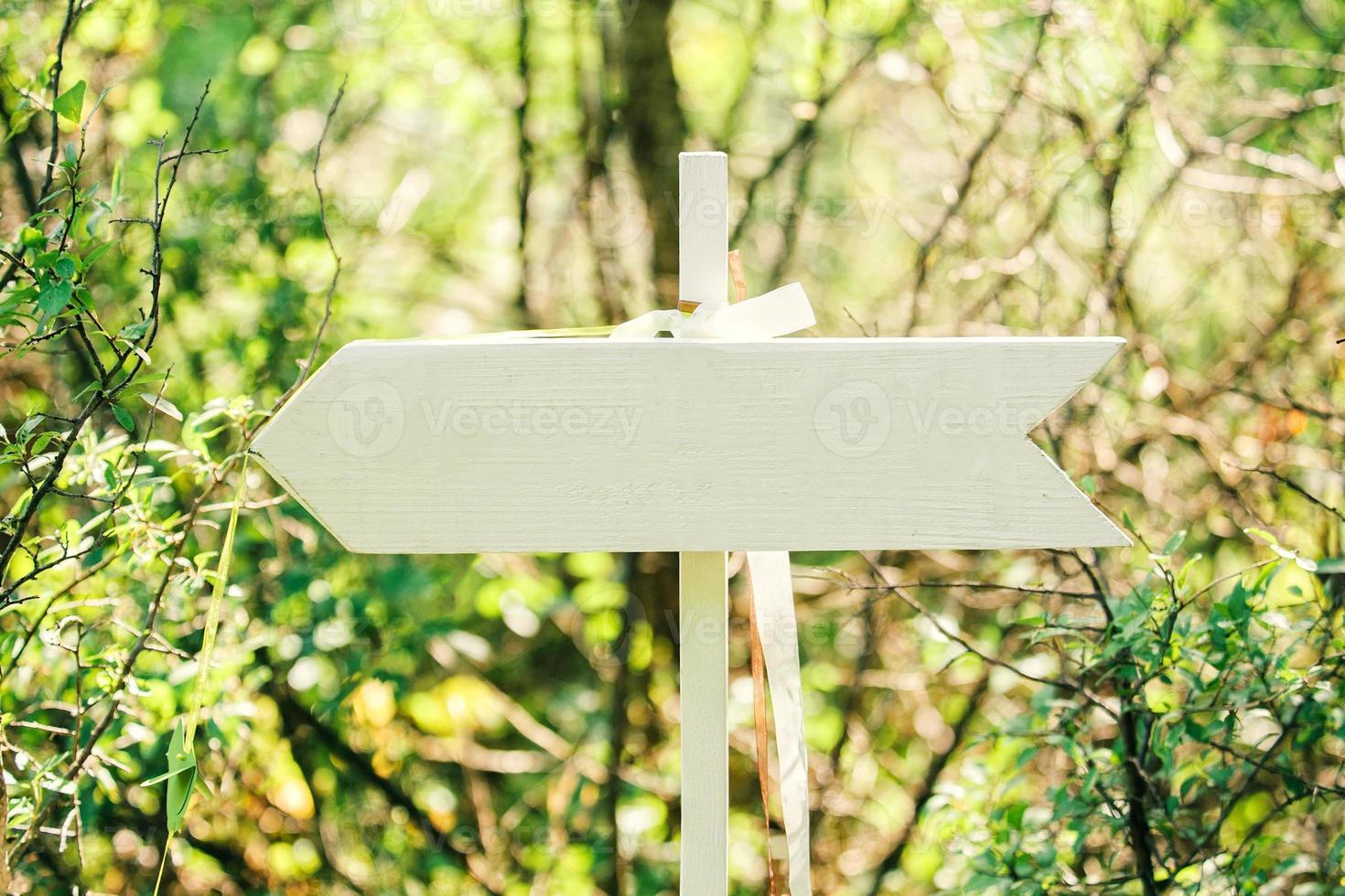 panneau de flèche en bois photo