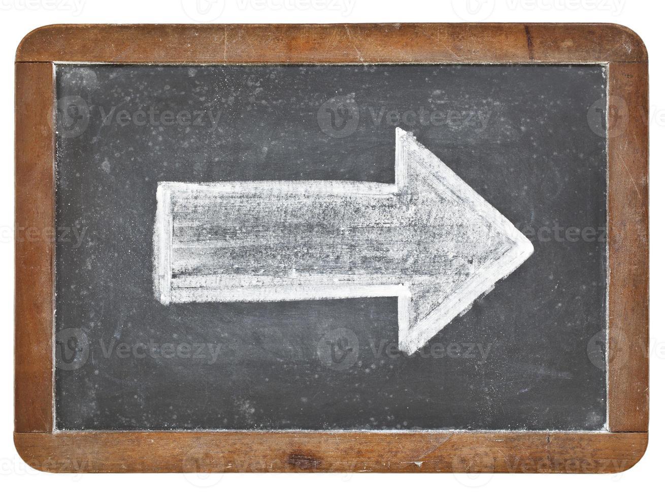 flèche blanche sur tableau noir photo