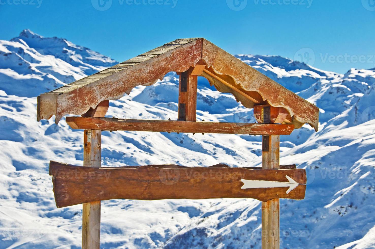Panneau en bois rustique vierge, fond de montagne enneigée photo