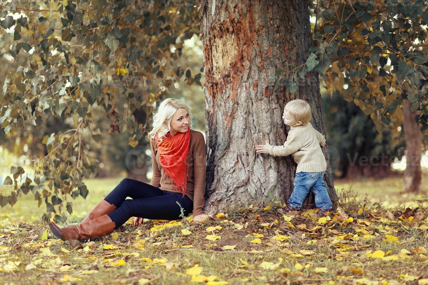 heureuse mère et enfant s'amusant en automne photo