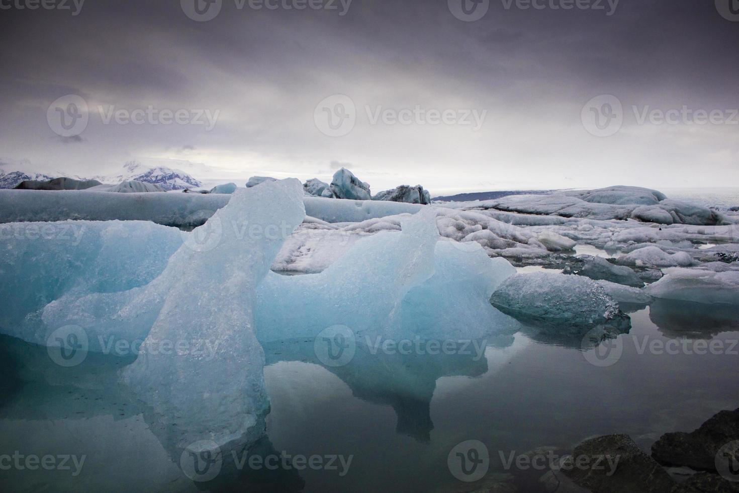 icebergs bleus dans l'eau photo