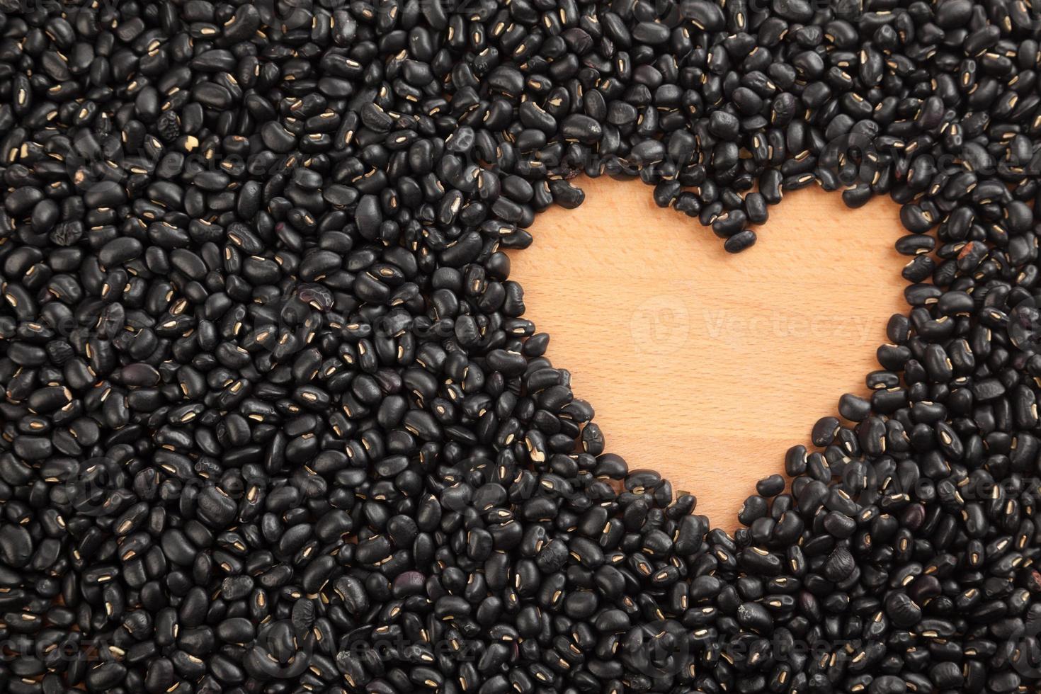 haricots noirs avec espace en forme de coeur photo