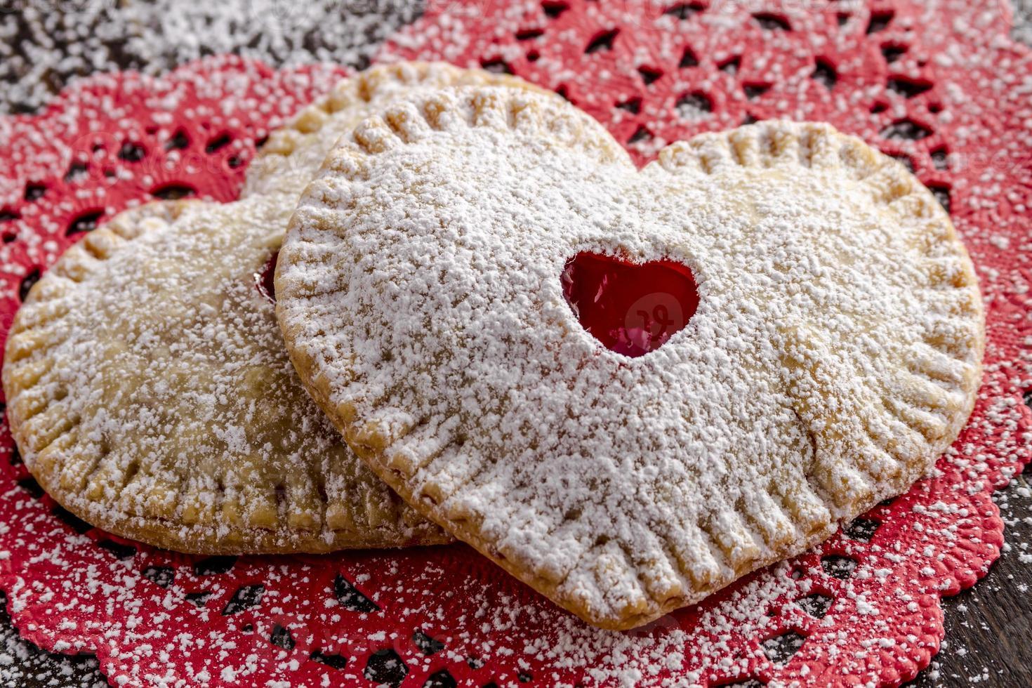 tartes aux cerises en forme de coeur photo