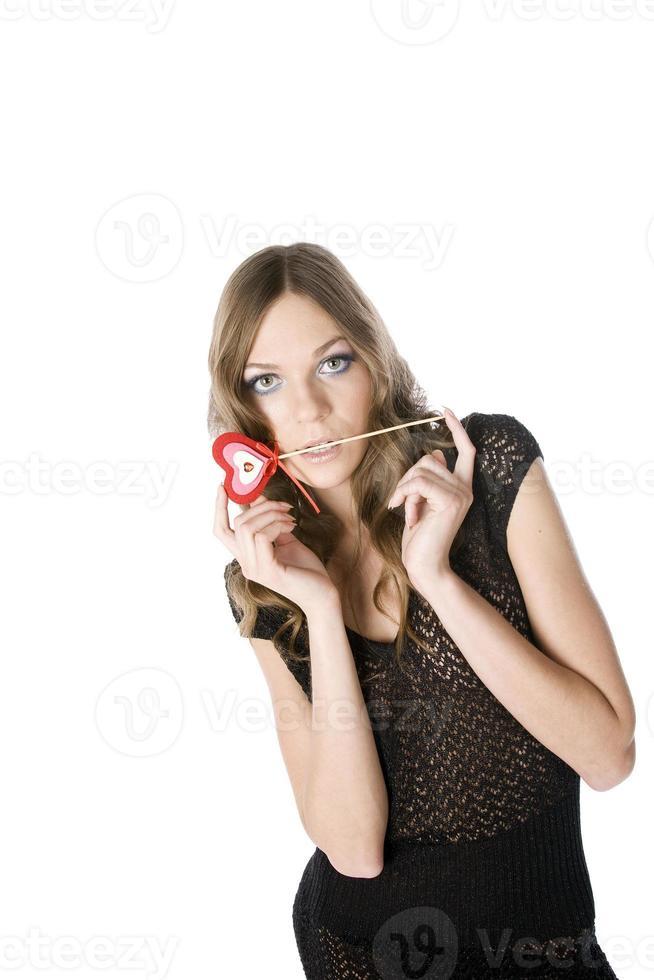femme tenant un ornement en forme de coeur photo