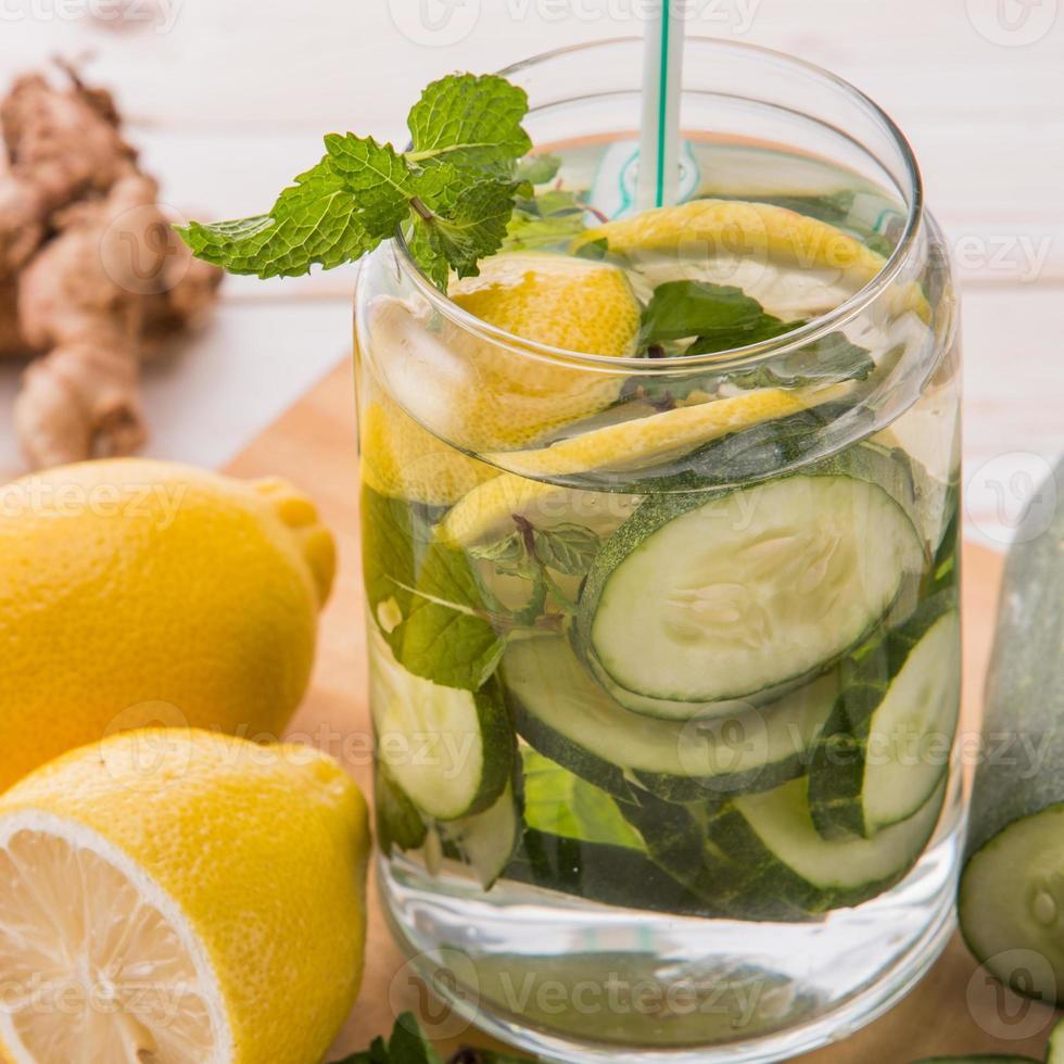 mélange d'eau infusée de concombre et de citron photo