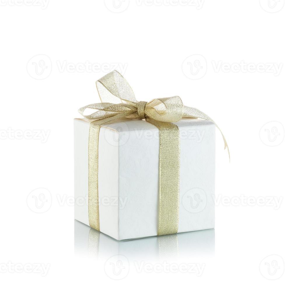 coffret cadeau avec noeud de ruban doré sur fond blanc photo