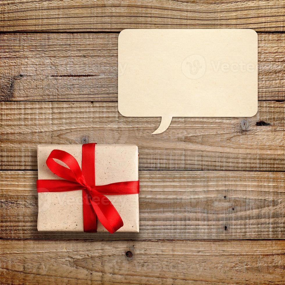 boîte-cadeau avec ruban rouge et bulle de dialogue photo
