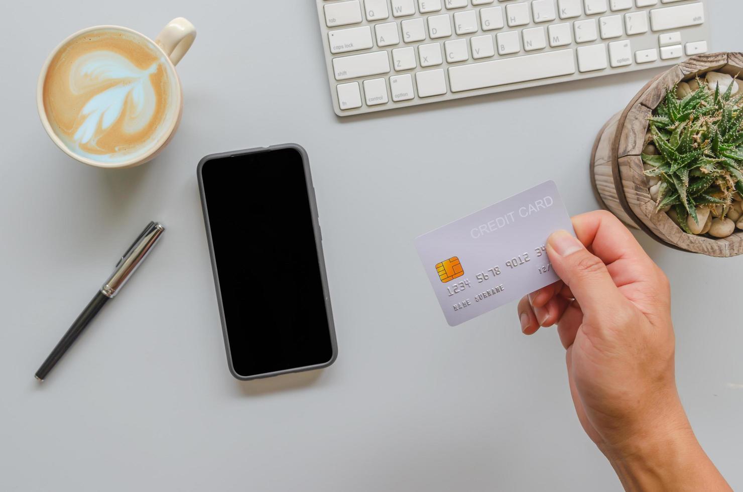 main tenant la carte de crédit photo
