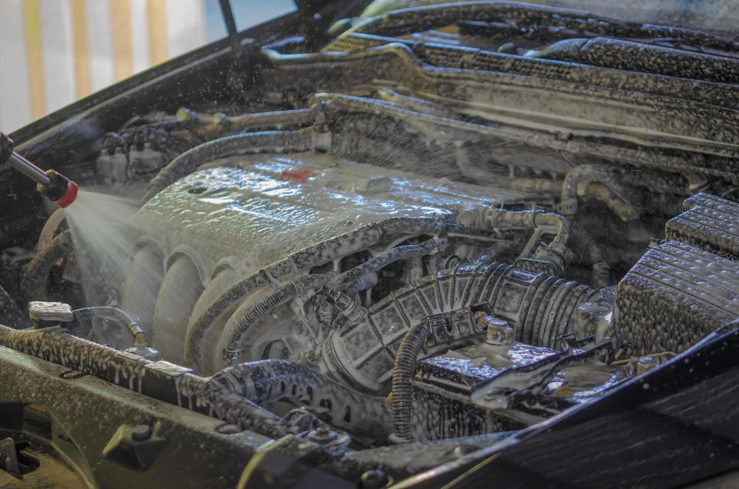 lavage de moteur de voiture avec mousse photo