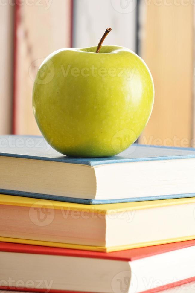composition avec pomme verte et livres sur la table photo