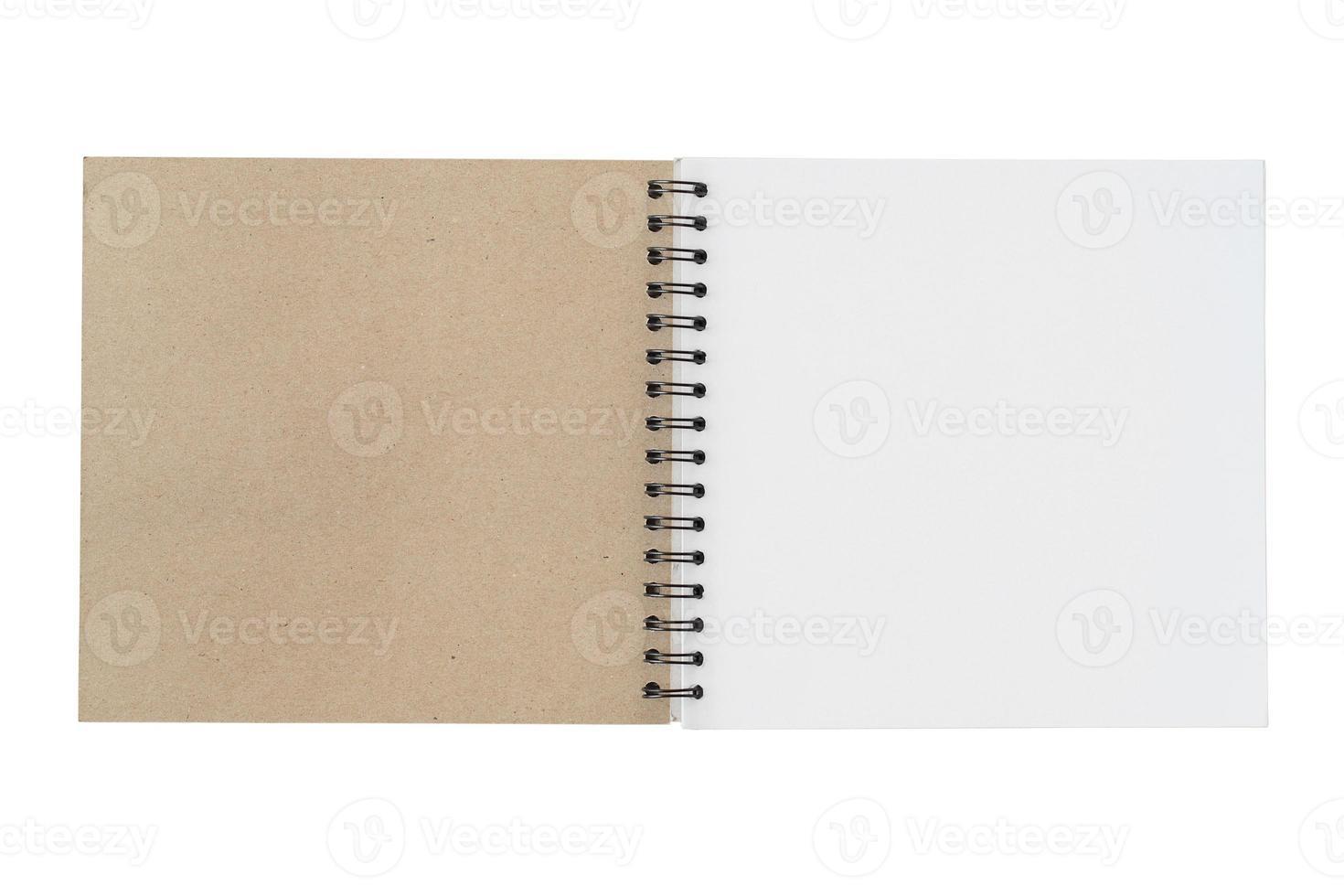 carnet de croquis ouvert isolé sur fond blanc photo
