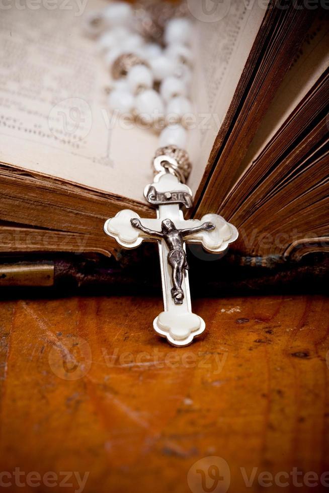 crucifix en argent sur la bible ancienne, photo