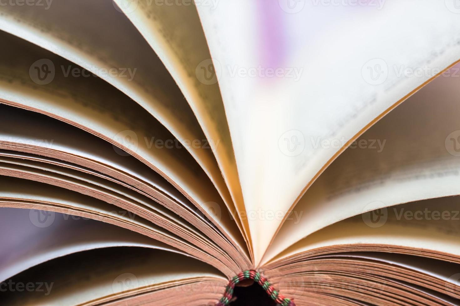 détail de la rotation des pages du livre photo